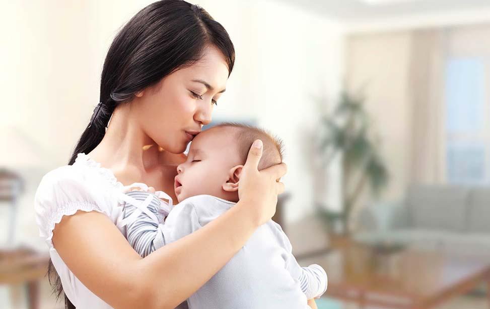 Trẻ sơ sinh hưởng 100% BHYT khi khám, chữa bệnh đúng tuyến.
